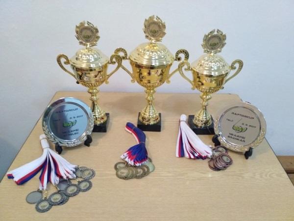 Sada pohárů, talířů a medailí na Raptorcup 2017