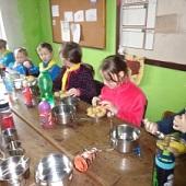 Loupání brambor k obědu