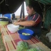 Příprava zeleninového salátu k večeři