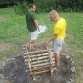 Příprava táborového ohně
