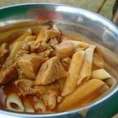Mastechef - příprava pokrmu podle receptu (kuře na paprice s těstovinami)