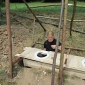 Stavba tábora - latrína