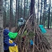 Začalo nám pršet - a tenhle domeček, který jsme našli v lese, prý potřebuje spravit střechu :)